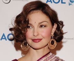 Ashley Judd matched her lipstick to her sari, and chose a bindi that complemented her hair, eyes, and gorgeous pallu.
