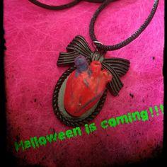 Collana #handmade #halloween #rockabilly #gothic #heart #anatomicheart #splatter #horror #body #blood #necklace #cammeo #bow #resin #charm #bloody #cuore #fattoamano #dracula #dead #death #diadelosmuertos #monster #31october #vampire