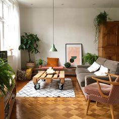 Wohnzimmer im Vintage-Stil - New Ideas Vintage Modern, Vintage Sofa, All Wood Furniture, Home Furniture, Pink Couch, Seattle Homes, Sweet Home, Online Home Decor Stores, Home Decor Bedroom