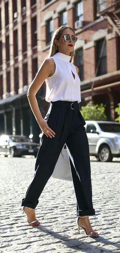 10 Peças atemporais que toda fashion girl tem no closet. Blusa branca, calça de alfaiataria, sandália de duas tiras prateada