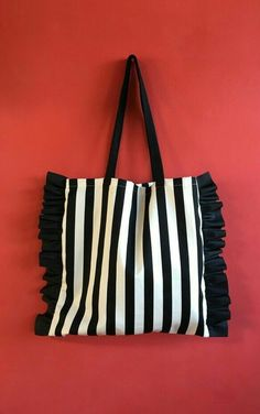 New pattern added! Striped or border eco bag with cute side frills for adults – Bag İdeas Potli Bags, Diy Tote Bag, Embroidery Bags, Jute Bags, Denim Bag, Cloth Bags, Mode Style, Handmade Bags, Pouch