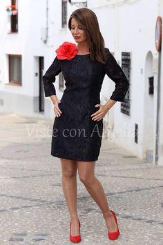 """Os presentamos una prenda atemporal. El #Vestido """"Cayetana"""" tiene un corte elegante, una manga ideal y un tejido especial (incluye flor). Por 39,99€ un vestidazo!! Tallas S, M, L y XL. #Zapato rojo - 27,99€. #modaprimavera #modamujer #visteconamelia"""