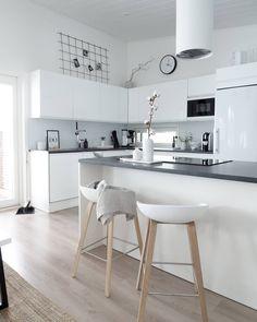 Rauhallisen vaalea keittiö täynnä valoa. Kitchen Decor, Kitchen Furniture, Kitchen Inspirations, Home Decor Kitchen, Apartment Kitchen, Furniture, Home, White Decor, Home Decor