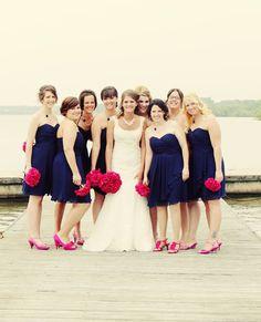 Vestido azul marinho com bouquets de rosas para as madrinhas ;)