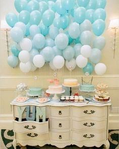 Que tal decorar seu noivado com um fundo de balões coloridos? Baratinho e super fofo ein?