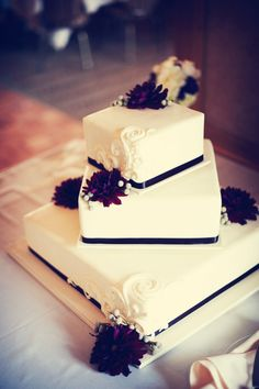 This cake is so simple and beautiful! Perfect! #minneapolisweddingphotographers