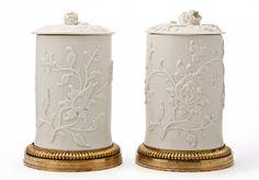 Pair of jars covered St. Cloud, 1740 soft porcelain of the Manufacture de Saint-Cloud
