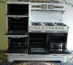 - O'Keefe & Merritt Aristocrat 5850 series: amazing, reconditioned, antique stoves! Vintage Kitchen Appliances, Old Kitchen, 1920s Kitchen, Kitchen Ideas, Kitchen Retro, Cuisinières Vintage, Old Stove, Antique Stove, Antique Kitchen Stoves