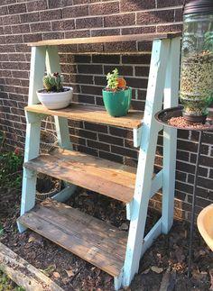 Cheap Patio Furniture, Pallet Garden Furniture, Pallets Garden, Furniture Ideas, Pallet Gardening, Gardening Tips, Plant Shelves Outdoor, Garden Shelves, Outdoor Plant Stands