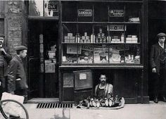 The smallest shop in London - a shoe salesman with a 1.2 square meter shoe store, 1900