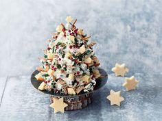 Joulun ajan pikkusuolaisen voi rakentaa kuusen muotoon. Juustokuusi kätkee sisälleen maukkaita kolmioleipiä ja koristeina toimivat maukkaat juustopalat sekä voileipäkeksit. Kolmioleivät kannattaa paloitella valmiiksi sopivan pieniksi, jotta syöminen on helppoa. Sandwich Cake, Sandwiches, Cheddar, Feta, Salt, Christmas Decorations, Cheese, Cheddar Cheese, Christmas Decor