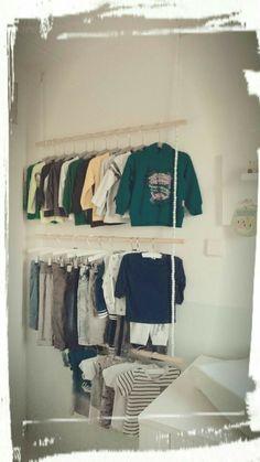Kledingrek # babykamer # Goedkope oplossing om kleding op te hangen in kleine babykamer bijvoorbeeld achter de deur. Gemaakt van 3 bezemstelen, draad en houten kralen Wardrobe Rack, Bedroom, Furniture, Lily, Home Decor, Street, Decoration Home, Room Decor, Bedrooms