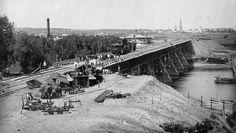 Временный деревянный жд мост через Москва-реку у Нескучного сада. Вдалеке виден Новодевичий монастырь. 1905 год.