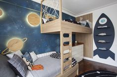 The illustration was made by A Casinha. The planets of wood are illuminated behind the plates, which refers to comfort, without giving up the elegance (Photo: Adriana Barbosa / Divulgação) Boys Space Bedroom, Cool Bedrooms For Boys, Kids Bedroom Designs, Cute Bedroom Ideas, Kids Room Design, Awesome Bedrooms, Cool Rooms, Chambre Luca, Creative Kids Rooms