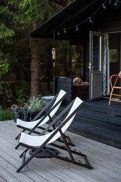 Vihreä talo - sisustusblogi: Sauna yhdelle Outdoor Chairs, Outdoor Furniture, Outdoor Decor, Sun Lounger, Bungalow, Colonial, Terrace, Villa, Cottage