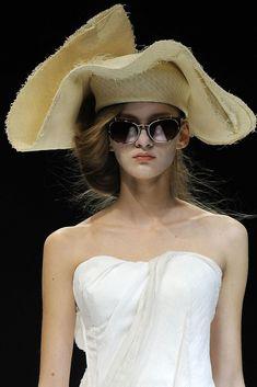 Yohji Yamamoto Spring 2009 Ready-to-Wear Collection Photos - Vogue