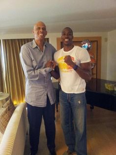 Kareem Abdul Jabbar and Dwight Howard (LAL) meet in Los Angeles. Kareem makes Dwight look like a child.