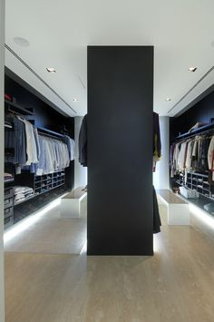 Looking for some fresh ideas to remodel your closet? Visit our gallery of leading luxury walk in closet design ideas and pictures. Walk In Robe, Walk In Wardrobe, Double Wardrobe, Bedroom Wardrobe, Capsule Wardrobe, Walk In Closet Design, Closet Designs, Minimalist Closet, Minimalist Home