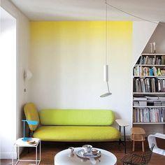 Paredes con degradado amarillo #decoración #sofá #amarillo