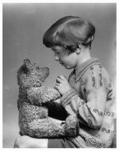 こんなにかわいかった!実在した「クマのプーさん」に出てくるクリストファー・ロビンとクマのぬいぐるみ