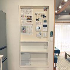 女性で、3LDKの鍵かけ/スイッチニッチ/カレンダー/マグネットクロス/こどものいる暮らし/あかちゃんのいる家…などについてのインテリア実例を紹介。 Federal Style House, Gate Designs Modern, Japan Interior, Small House Exteriors, Pastel Interior, Modern Architecture House, Pavilion Architecture, Sustainable Architecture, Residential Architecture