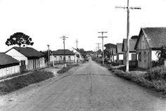 Curitiba – a Terra dos Pinheirais – tinha em seus bairros e arrabaldes a maioria das casas construídas com madeira de pinho. A imagem é da Rua do Seminário, atual Avenida N.S. Aparecida, na região que funcionava a famosa sorveteria do Previde. Foto de 1940.