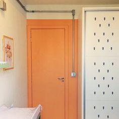 """Para finalizar a seção do quartinho colorido do Pedro a porta Laranja!  - Fizemos mais fotos e vídeos aqui no """"stories"""". Confira todos os detalhes!  - http://ift.tt/1dqyBxz (link na bio). #nacasadajoana #nacasadopedro #40weeks #abaixoasparedesvazias #pôster #posters #quadros #enquadrados #design #cool #decoração #decor #interiordesign #yo #pinterest #meunacasadajoana #casa #lar #quartodebebe #quartodecriança #unisex"""