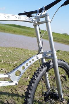 The fork is lighter than a regular suspension fork, as it doesn't contain any springs, dampers or other shock-absorbing hardware