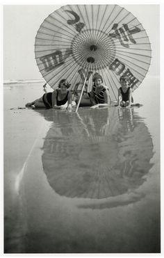 Jacques Henri Lartigues  - Nana, Bibi et Dani - Hendaye  -  France - juillet 1927