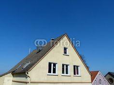 Wohnhaus mit spitzem Giebel vor blauem Himmel in Oerlinghausen im Teutoburger Wald bei Bielefeld in Ostwestfalen-Lippe
