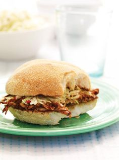 These pulled pork sandwiches slathered in bbq sauce are made in the slow cooker. Sandwich Au Porc, Pork Sandwich, Sandwich Recipes, Pork Recipes, Slow Cooker Recipes, Sandwiches, Cooking Recipes, Pulled Pork Burger, Pork Burgers