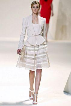 ELIE SAAB - Paris Fashion Week Primavera-Verano 2013  ¡El summun! La chaqueta bellísima y novedosa con esa falda espectacular.  ¡Hay que hacerlo!.  #ConcursoSingerChile.