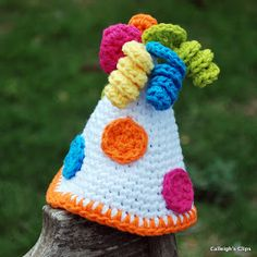 I recently found this adorable {free} crochet pattern for party hats over at Easy Makes me Happy! {I love her blog it's always so bright...