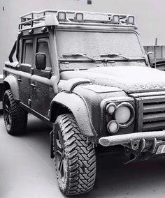 Todo terreno de marca el Land Rover.                                                                                                                                                                                 Más