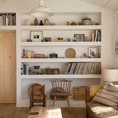 Wohnen Take a look at this amazing home interior design trends and how they fit perfectly into your Home Living Room, Living Room Decor, Living Spaces, Bookcase In Living Room, Living Room Shelving, Small Living, Modern Living, Living Room Designs, Home Interior