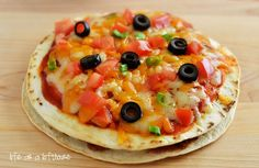 Mexican Pizzas start with seasoned ground beef, beans, cheese and enchilada sauce stuffed between two golden flour tortillas. They are a delicious twist on traditional pizza! The first time I ate a Mexican Pizza was at Buffalo Chicken Pizza, Bbq Chicken Pizza, Taco Pizza, Pesto Pizza, Tortilla Pizza, Pizza Food, Pizza 101, Taco Food, Chicken Quesadillas