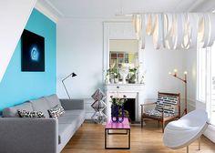 Un salon avec cheminée tout en couleur