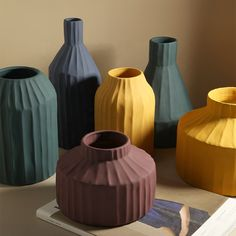 Vase Korinthos bleu en céramique au design vintage par Pavao Studio Ceramic Vase, Ceramic Pottery, Porcelain Ceramic, Slab Pottery, Pottery Wheel, Pottery Vase, Table Flowers, Flower Vases, Rustic Chic Decor