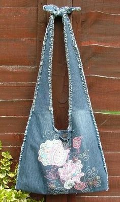 Bags from a jeans. Ideas on alteration of old jeans things, part // sergiy shtein Artisanats Denim, Denim Purse, Fringe Purse, Diy Jeans, Denim Patchwork, Patchwork Bags, Denim Quilts, Crazy Patchwork, Jeans Recycling