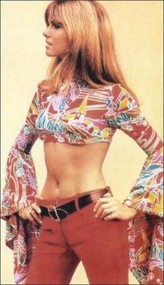 Editoriais de moda dos anos 70. Roupas com muitas estampas psicodélicas,mais liberdade de estilos, muita influência da cultura hippie, algumas referências indianas, calças boca de sino, tecidos fluidos, explosão de cores e