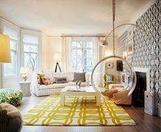 Motifs géométriques sur les murs, le sol et les textiles.