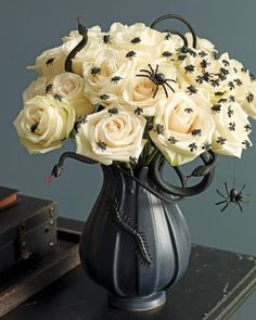 Projects & Crafts Dreadfully sophisticated and shockingly fun, a bouquet infested with insects gets Halloween off to a screaming start.Dreadfully sophisticated and shockingly fun, a bouquet infested with insects gets Halloween off to a screaming start. Table Halloween, Soirée Halloween, Holidays Halloween, Halloween Flowers, Halloween Centerpieces, Vintage Halloween, Halloween Floral Arrangements, Centerpiece Ideas, Halloween Dinner