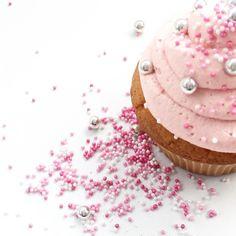 Goßelternfest im Kindergarten  #backenmitkindern #backenfürkinder #backenmachtglücklich #camesapilabackt #rosa #cupcakes #muffins #pink #silber #kindergartenfest #lebenmitkinden #instamum #mumof3 #kids #sweet #instacake #kidsfood #flatlay #simplicity #perlen #candysweet #zuckerperlen #gutenmorgen #mai #white #whiteliving #whitekitchen #schulfrei #langeswochenende