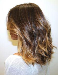 Inspiracao de cabelo com corte long bob usando mechas bronde com fios loiros e marrons