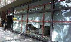 Estores en Mscreen gris perla, confort visual e intimidad para oficinas de la Seguridad Social en planta calle.  estorweb.com