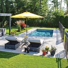 Authenticité rayonnante autour de la piscine – Je Jardine – Keep up with the times. Small Backyard Patio, Backyard Patio Designs, Backyard Retreat, Backyard Landscaping, Backyard Ponds, Landscaping Ideas, Swimming Pools Backyard, Swimming Pool Designs, Lap Pools
