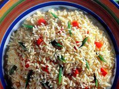 RISOTO DO CAMPO. - 2 colheres (sopa) de óleo de milho; - 1 cebola média pequena picada; - 2 xícaras (chá) de arroz lavado e seco; - 2 cubos de caldo de legumes; - 2 colheres (sopa) de manteiga; - 2 dentes de alho picados; - 1 xícara (chá) de vagens cozidas cortadas em diagonal; - 1 pimentão verde pequeno cortado