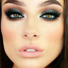 Eye Makeup Tips.Smokey Eye Makeup Tips - For a Catchy and Impressive Look Smokey Eye Makeup Look, Green Smokey Eye, Pretty Eye Makeup, Makeup Looks For Green Eyes, Makeup For Green Eyes, Eye Makeup Tips, Cute Makeup, Skin Makeup, Makeup Brushes
