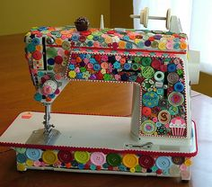 Quilted Cupcake Sewing Machine covered with buttons! Coolest mini sewing machine I've seen! Sewing Hacks, Sewing Crafts, Diy Crafts, Sewing Lessons, Button Art, Button Crafts, Craft Projects, Sewing Projects, Craft Ideas