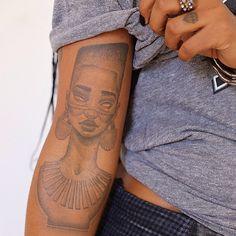 Há quem diga que negro não pode fazer tatuagem, que fica estranho e tal... TOMA! @saragolish ⚡️⚡️ #porlarissaisis
